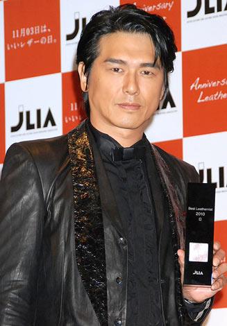 サムネイル 『ベストレザーニスト2010』を受賞した高橋克典 (C)ORICON DD inc.