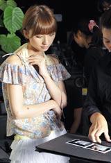 真剣な表情で説明を聞くAKB4848の篠田麻里子/真顔の3人(上から)大島優子、小嶋陽菜、篠田麻里子/『ハイチオールB』(エスエス製薬)新CMメイキングカット