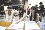 談笑する(左から)篠田麻里子、大島優子、小嶋陽菜/『ハイチオールB』(エスエス製薬)新CMメイキングカット