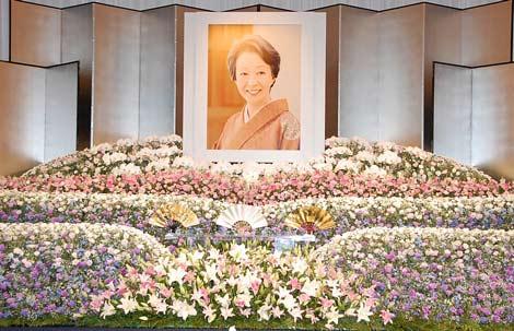 池内淳子さんの「お別れの会」が開かれ、祭壇には色とりどりの花とニッコリ微笑む池内さんの遺影が飾られた (C)ORICON DD inc.
