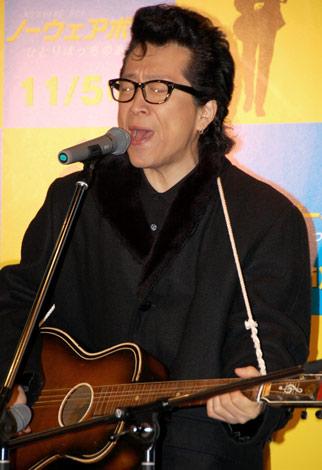 映画『ノーウェアボーイ ひとりぼっちのあいつ』のトークイベントで、持参のギターで弾き語りをした高橋ジョージ (C)ORICON DD inc.