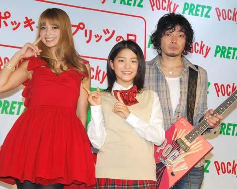 「ポッキー&プリッツの日」記念イベントに登場した吉川ひなの、川島海荷、斉藤和義(C)ORICON DD inc.