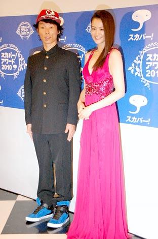 『スカパー!アワード2010』ブルーカーペットに登場した(左から)難波章浩、黒谷友香 (C)ORICON DD inc.