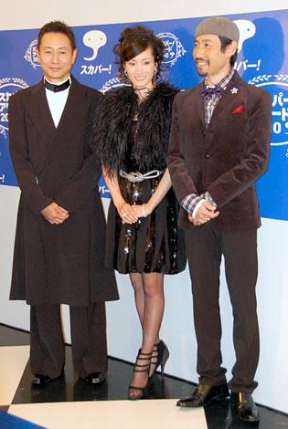 『スカパー!アワード2010』ブルーカーペットに登場した(左から)三田村邦彦、荒川静香、渡部陽一 (C)ORICON DD inc.