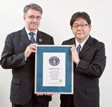 ギネス・ワールド・レコーズ・ジャパン社長のフランク・フォーリー氏と記念撮影した秋元康氏(C)2010 Guinness World Records Limited