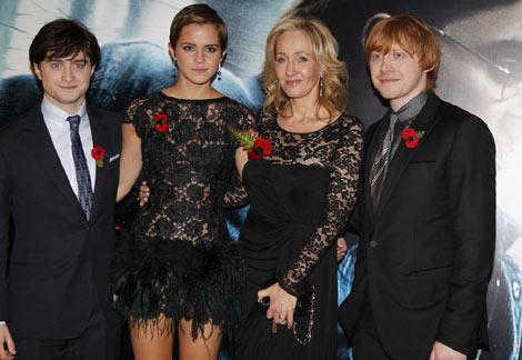 ロンドンで開催された『ハリー・ポッターと死の秘宝 PART1』ワールドプレミアの模様 (写真左から)ダニエル・ラドクリフ、エマ・ワトソン、J.K.ローリング(原作者)、ルパート・グリント