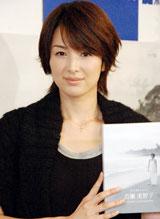 自身初となる『吉瀬美智子ポートレートカレンダー2011』の発売記念イベントを行った、吉瀬美智子 (C)ORICON DD inc.
