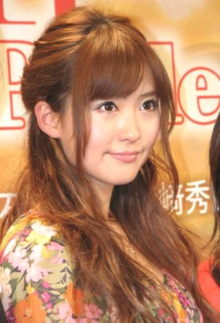 笹本は、98年『ミュージカルアイドルオーディション』でグランプリを受賞しデビュー