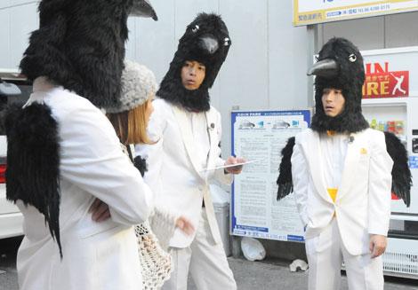 被り物姿で、神戸・三宮にてロケを行う3人