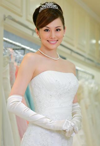 ウエディングドレスの米倉涼子