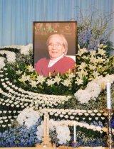 たくさんの花々とにこやかな星野哲郎さんの遺影が飾られた祭壇 (C)ORICON DD inc.
