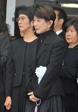 故・星野哲郎さんの出棺を見守る水前寺清子
