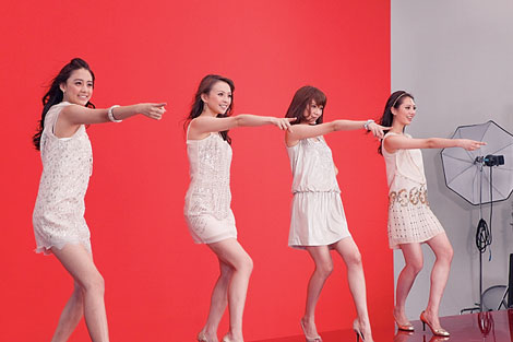 華麗なダンスを披露する4人(左から)山本美月、舞川あいく、安座間美優、土屋巴瑞季