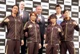(前列左から)EXILEのAKIRA、TETSUYA、NAOTO、NAOKI (後列左から)ポール・ハーディスティ社長、アルベルト・ザッケローニ監督、青木宣親選手 (C)ORICON DD inc.