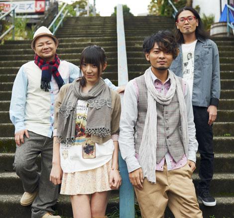 PENGINの新曲「百合の花咲く丘で」でMVデビューを果たし、初演技に臨んだAKB48・松井咲子(左から2人目)