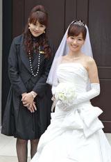 ウエディングドレス姿を披露した皆藤愛子(右)