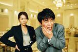 ドラマ『ウエディングプランナー SWEETデリバリー』の場面カット(左から飯島直子、ユースケ・サンタマリア) (c)フジテレビジョン