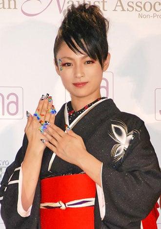 サムネイル 『ネイルクイーン2010』の女優部門を受賞し、殿堂入りを果たした深田恭子 (C)ORICON DD inc.