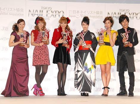 『ネイルクイーン2010』授賞式に出席した(左から)杉山愛、スザンヌ、神田うの、深田恭子、マリエ、溝端淳平 (C)ORICON DD inc.