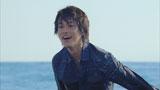 海でずぶ濡れになる佐藤