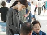 綾瀬と中野さんは、真珠湾にあるアリゾナ記念館で、館員から当時の様子を取材 (C)TBS