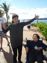 真珠湾攻撃で恋人を失った中野みこまさん(86)にハワイで当時の話を聞く綾瀬はるか (C)TBS