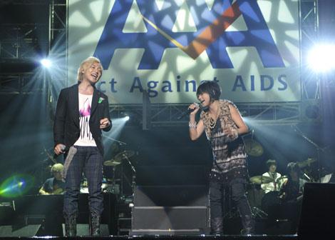 18年目を迎えた『Act Against AIDS 2010「感謝まつり THE VARIETY ジュワッチ!(18)』に参加した(左から)つるの剛士と岸谷香