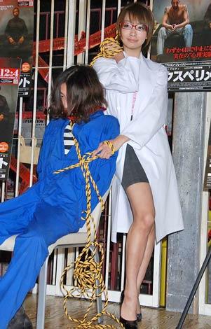 映画『エクスペリメント』の公開直前イベントで、囚人に扮した男性をロープで縛り上げる演出をした眞鍋かをり (C)ORICON DD inc.