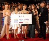 『日本ファッションリーダーアワード2010』授賞式に出席した(左から)梨花、永作博美、中谷美紀、黒木メイサ、沢村一樹 (C)ORICON DD inc.