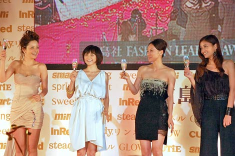 『日本ファッションリーダーアワード2010』授賞式に出席した(左から)梨花、永作博美、中谷美紀、黒木メイサ (C)ORICON DD inc.
