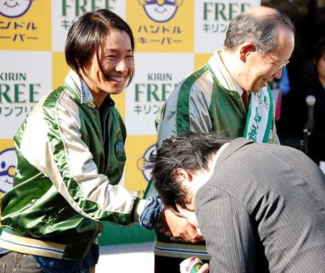 キリンビール『キリン フリー』の飲酒運転根絶啓発イベントに参加したクルム伊達公子(左) (C)ORICON DD inc.