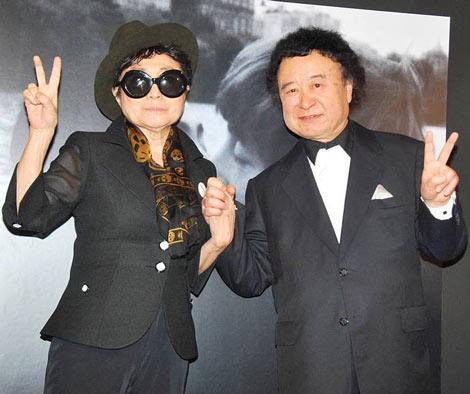 篠山紀信(右)写真展『ジョン・レノン、オノ・ヨーコとともに…愛のファンタジー』のレセプションパーティーに訪れたオノ・ヨーコ (C)ORICON DD inc.