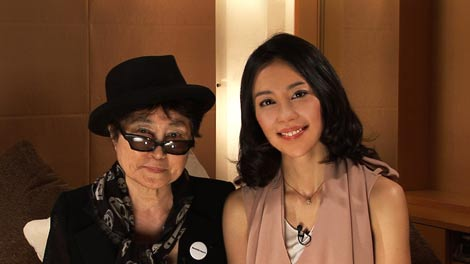 憧れのオノ・ヨーコとの体面に笑顔を見せる木村佳乃(右) (c)BS朝日