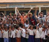 カンボジアの子供たちと笑顔で記念撮影