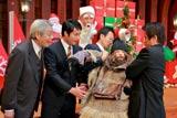 ドラマ初出演を果たした杉村太蔵(左から2番目)とホームレスに扮した米倉涼子(中央) (c)テレビ朝日