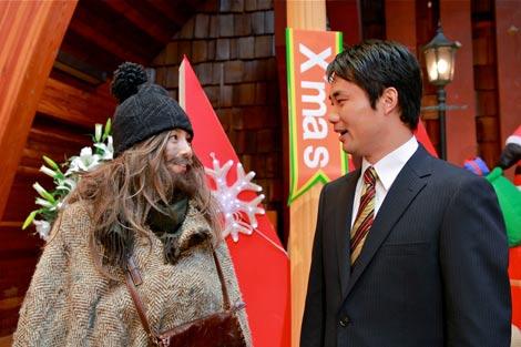 ホームレスに扮した米倉涼子とドラマ初出演を果たした杉村太蔵(右) (c)テレビ朝日