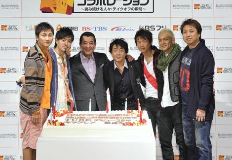 巨大ケーキを囲む3組(左から)キマグレン、加山雄三、TUBE