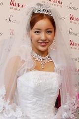 神田うののウエディングブランド『シェーナ・デューノ』の新作ドレス発表会にゲストモデルとして参加したAKB48・板野友美 (C)ORICON DD inc.