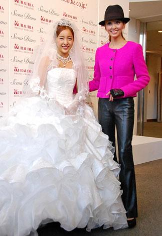 神田うの(右)のウエディングブランド『シェーナ・デューノ』の新作ドレス発表会にゲストモデルとして参加したAKB48・板野友美 (C)ORICON DD inc.