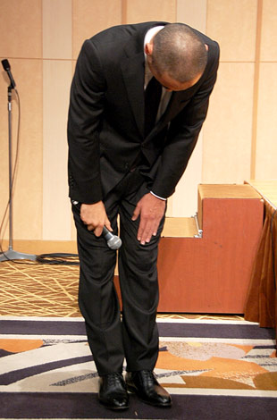 一連の騒動後初めて公の場に姿を見せた市川海老蔵、深々と頭を下げ謝罪した (C)ORICON DD inc.