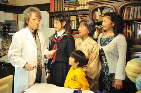 ドラマ初出演の左・佐野元春とセーラー服の戸田恵梨香ら出演者  (c)TBS