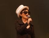 自作曲「ライジング」を観客1万2000人の前で熱唱した、ジョンの妻で音楽家のオノ・ヨーコ