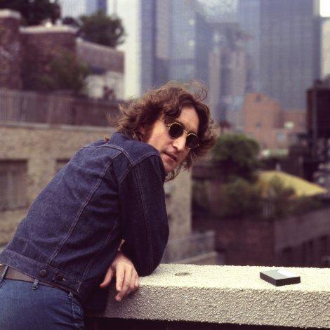 会場のスクリーンで初公開された、ジョン・レノンの未公開写真