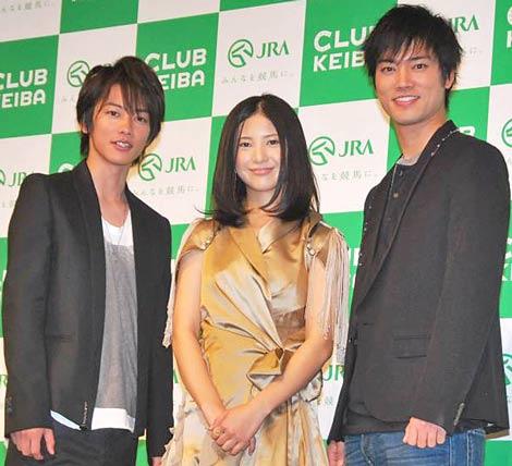 『2011年 JRAナビゲーター』を務める(左から)佐藤健、吉高由里子、桐谷健太 (C)ORICON DD inc.