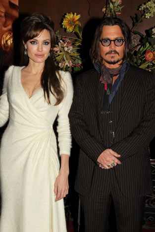 映画『ツーリスト』ワールドプレミアのレッドカーペットに登場したジョニー・デップ(右)とアンジェリーナ・ジョリー