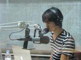 ラジオ番組の収録に臨む尾崎