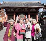 ロケ地の1つ、浅草・雷門前ではしゃぐ4名のキャスト陣(写真提供:東海テレビ)