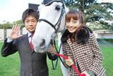 京都競馬場で会見を行った(左より)KBS京都・木村寿伸アナウンサー、安田美沙子