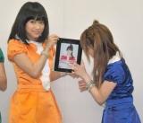 iPhoneアプリ「モーフィング娘。」記者会見に出席し、アプリを楽しむモーニング娘。 (C)ORICON DD inc.