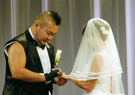 指輪交換をするハチミツと斉藤 ライブ形式の結婚式『ハチミツ二郎結婚式』の様子 (C)ORICON DD inc.
